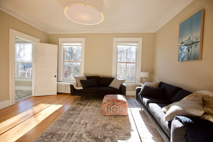 Bright, Stylish College Hill with Full Amenities