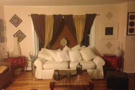 Room in Charming, Cozy Ranch House - Trumbull - 独立屋