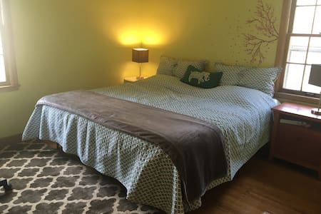 King size bed in Charming MPLS Home - Mineápolis - Casa