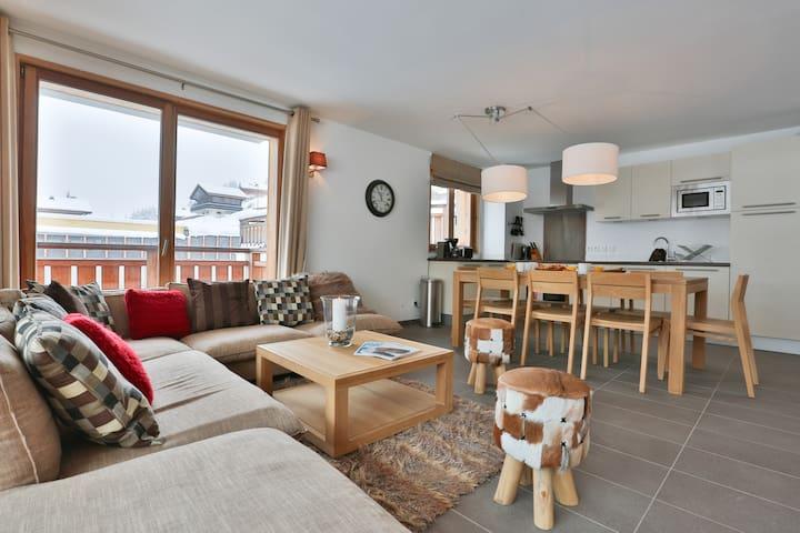 Espace salon et salle à manger / Living area and kitchen space