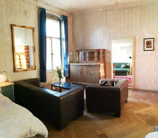 sleep in the original bel etage west wing – Salon