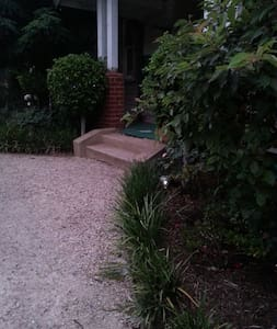 Old World Central Oasis Retreat - Werribee - Bed & Breakfast