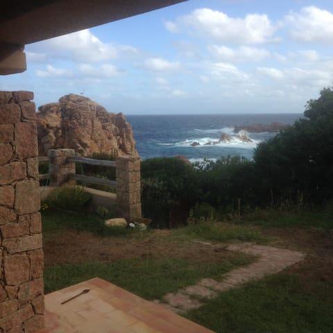 Sentiero privato con accesso al mare visto dalla finestra della cucina