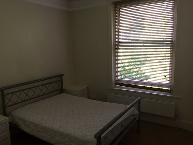 Bright quiet double room in peaceful convenient