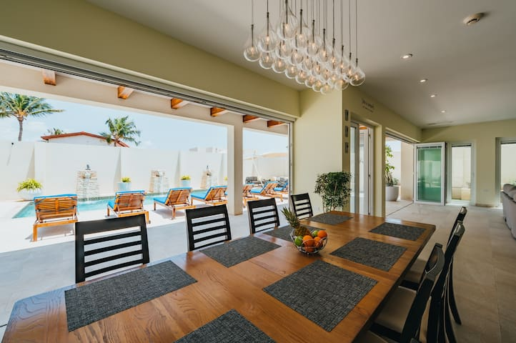 Luxury 'Villa Ocean' - 3 MIN AWAY FROM THE BEACH
