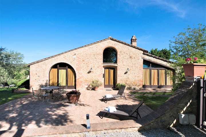 Rustic tuscan villa for groups 6km to S.Gimignano