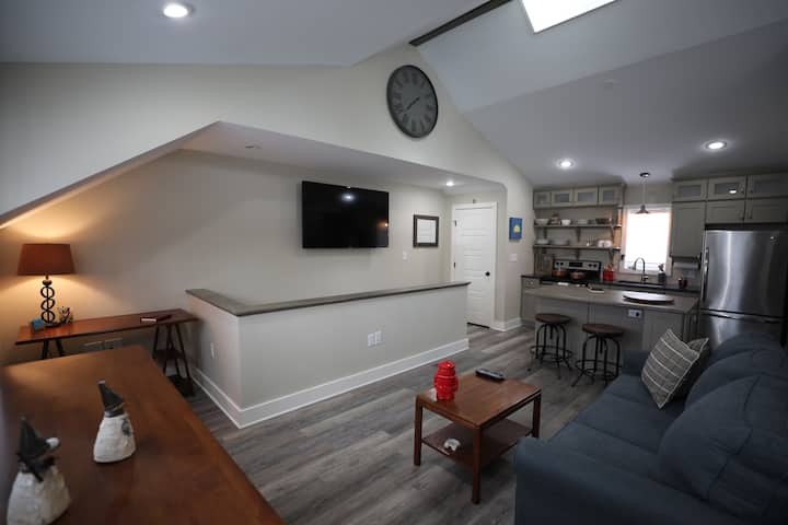 New Carriage House Close to theTrack & Downtown