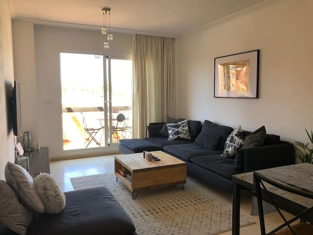 Beautiful Modern 2 bed Apartment. Pool and beach