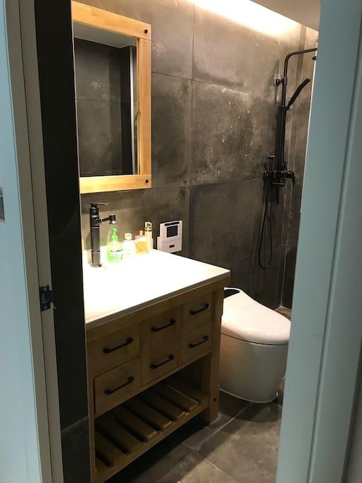 客人专用洗手间,全新带翻盖翻圈冲洗加热智能马桶