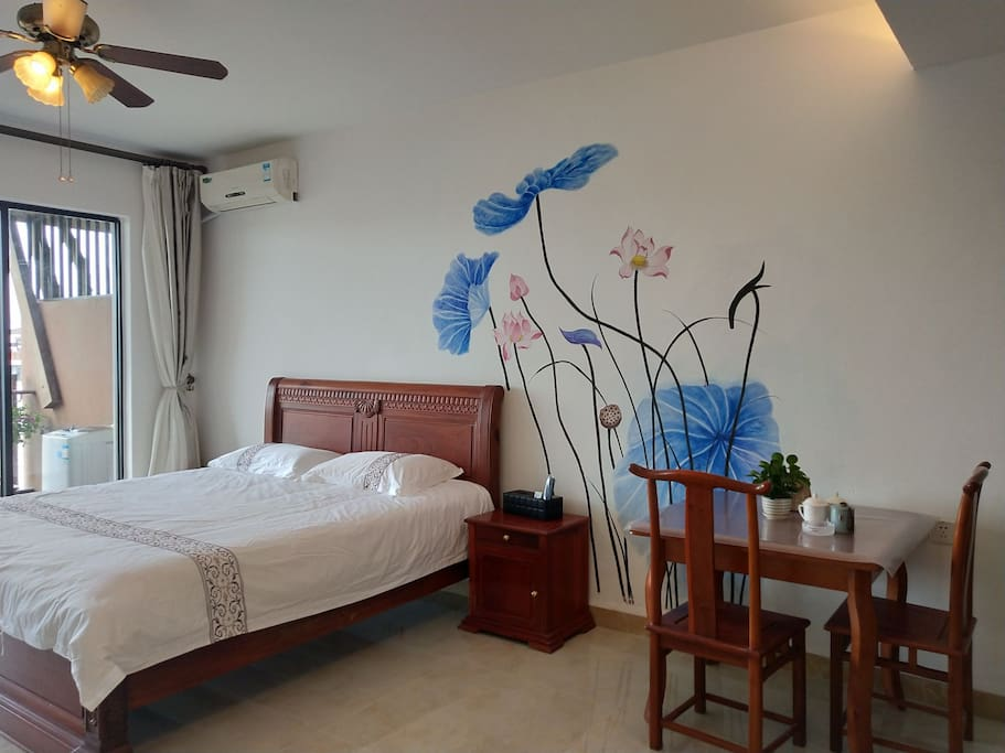 44平米的房间配上餐桌也不觉得空间小,愉快的旅行也可以愉快的用餐!