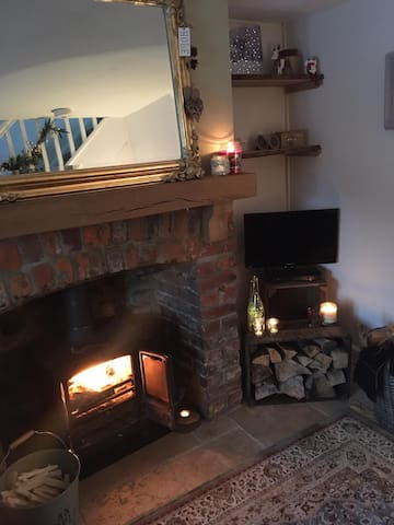 A cosy 1 bed grade 2 listed cottage & log burner