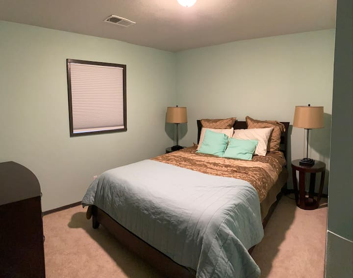 Private Room in NE Heights - Mint Room