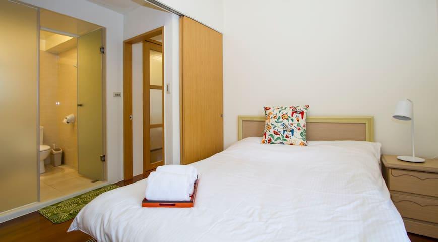 第一間房:主臥室,全新雙人床墊( 190X150cm 高28公分),舒適好眠
