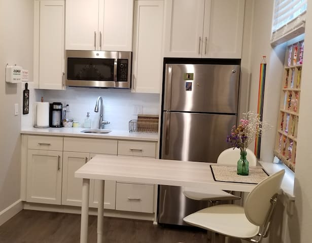 Stylish new apartment, pets ok