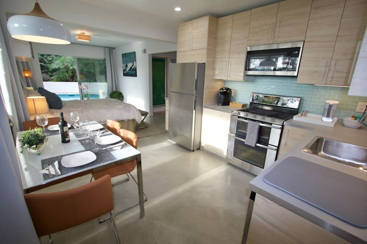 Happy, bright mood for the best vacation stay in Los Angeles. Comfortable and well-equipped, modern and clean.  Newly remodeled, looks even better in person!