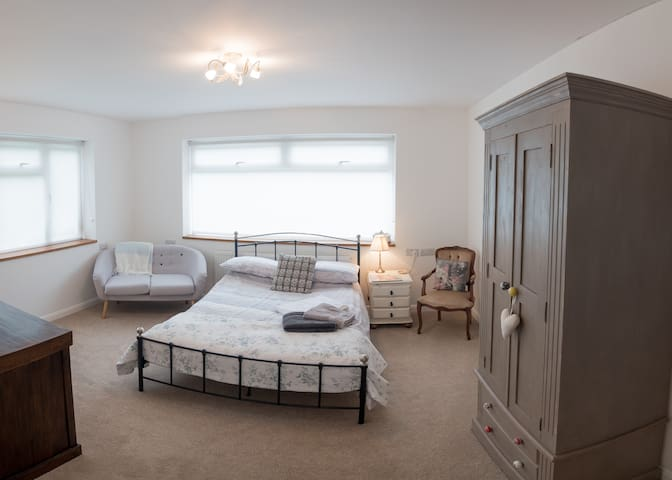 Large sunny double bedroom