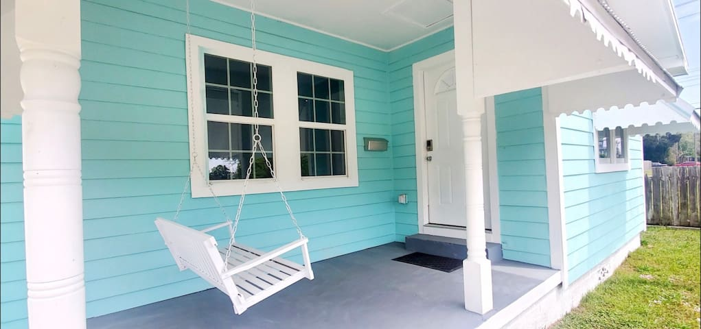 Charming Cottage blocks from the beach & casinos!