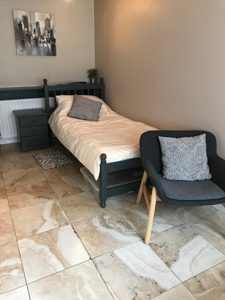 Private en suite single room with own entrance