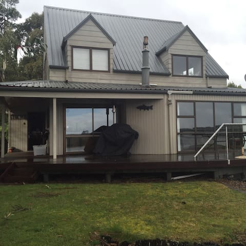 Lake Rotoiti lakeside retreat - Tikitere - บ้าน