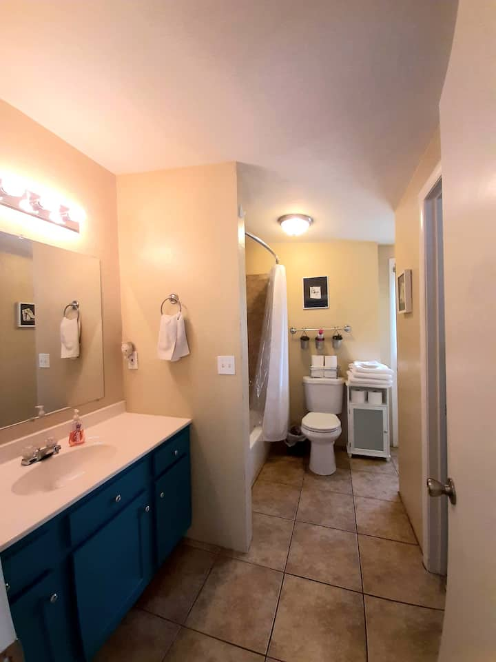 Kid friendly suite w/ private yard & self check in
