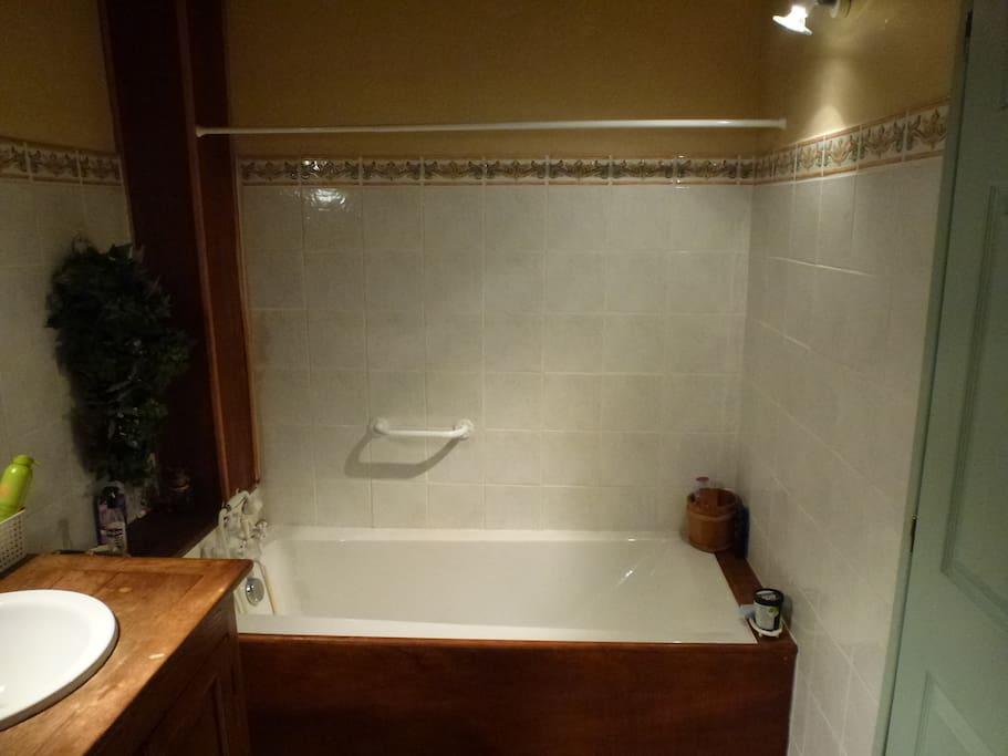 Salle de Bain rez de chaussee Baignoire/Toilette/Cabine douche