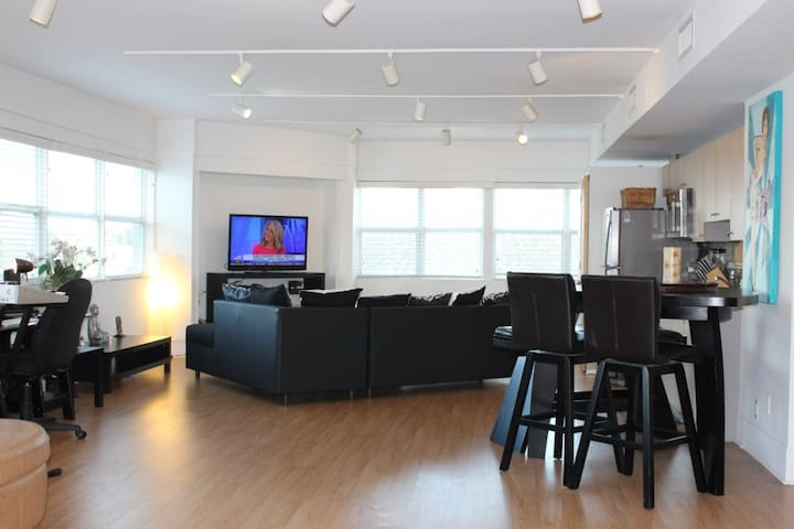 SUNNY LOFT! STEPS FROM BEST BEACHES IN LAUDERDALE! - Fort Lauderdale - Loft