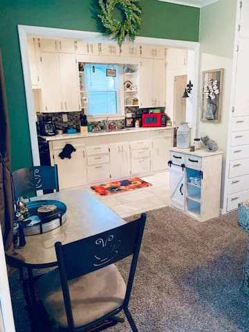Cozy & Fully- Furnished Guest House in Midtown!
