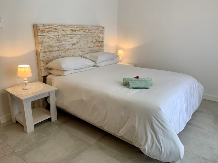 Private Queen Room2 & Bathroom 2 minutes to Beach