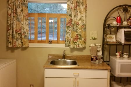 Efficiency, Private bath, No TV or net, kitchen - Pasadena