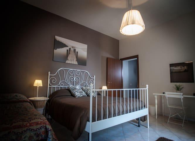 Stanza n°1 ( 1 letto matrimoniale ed 1 singolo, fino a 3 ospiti )
