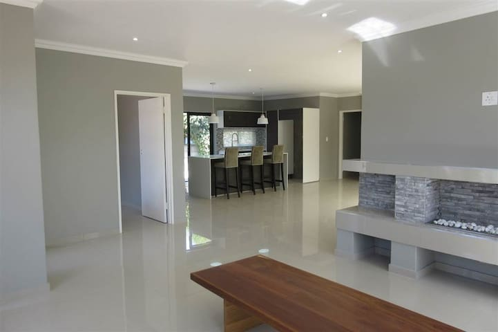 Brand new modern 4 bedroom house - Cape Town - Ev