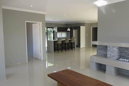 Brand new modern 4 bedroom house - Kapstadt - Haus