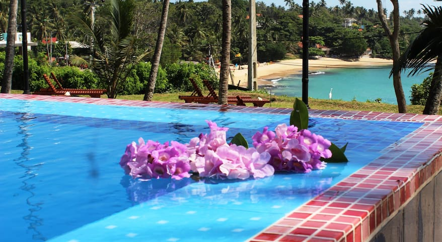 Villa Red with large infinity pool - Tangalla
