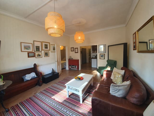 Quirky Victorian flat up to 6 guests free parking.