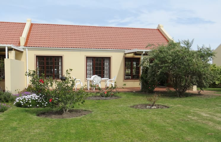 Spacious Cottage in a small, secure complex - Sandbaai