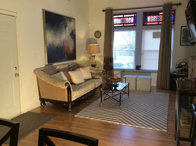 Charming Historic 2 bedroom in Lincoln Park