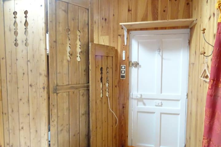 Petite chambre dans le jardin proche de MEDIPOLE