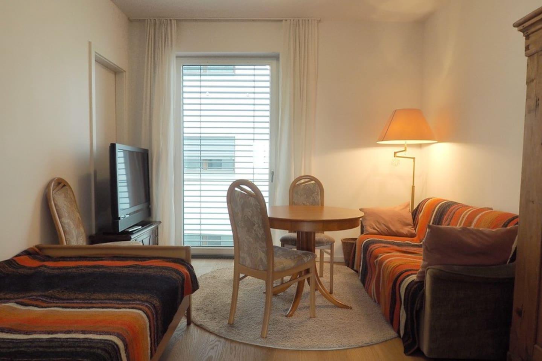 Zimmer mit Einzelbett (limks) und Schlafcouch (rechts).
