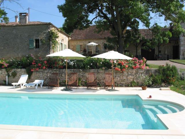 La Poterie, a spacious authentic cottage with view - Savignac-de-Duras - Ev