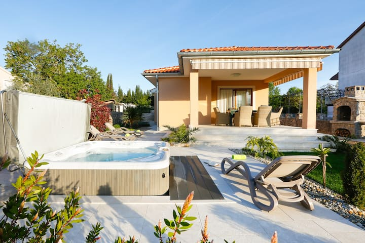 Villa Lavender's Breeze with Jacuzzi,BBQ and bikes
