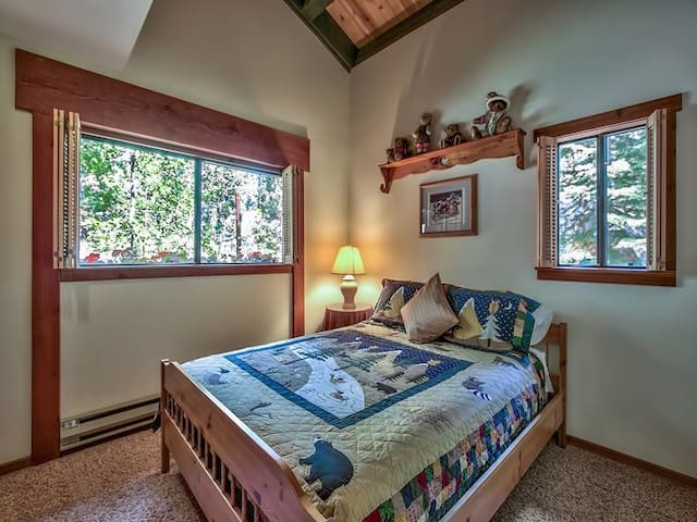 Cozy Alps Style Cabin -- Guest Room - Own bathroom - Truckee - House