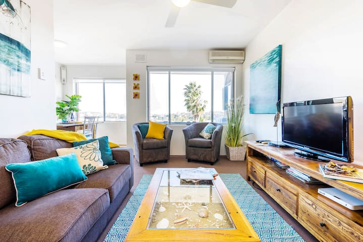 Sunny spacious  Apartment near Manly beach + great views