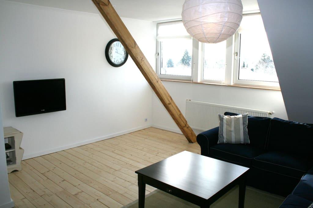 Das Satelliten-TV im Wohnzimmer peilt Astra und EutelSat an und bietet über 1000 Kanäle.