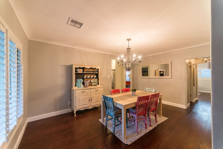 Roomy dining area to gather the entire family!