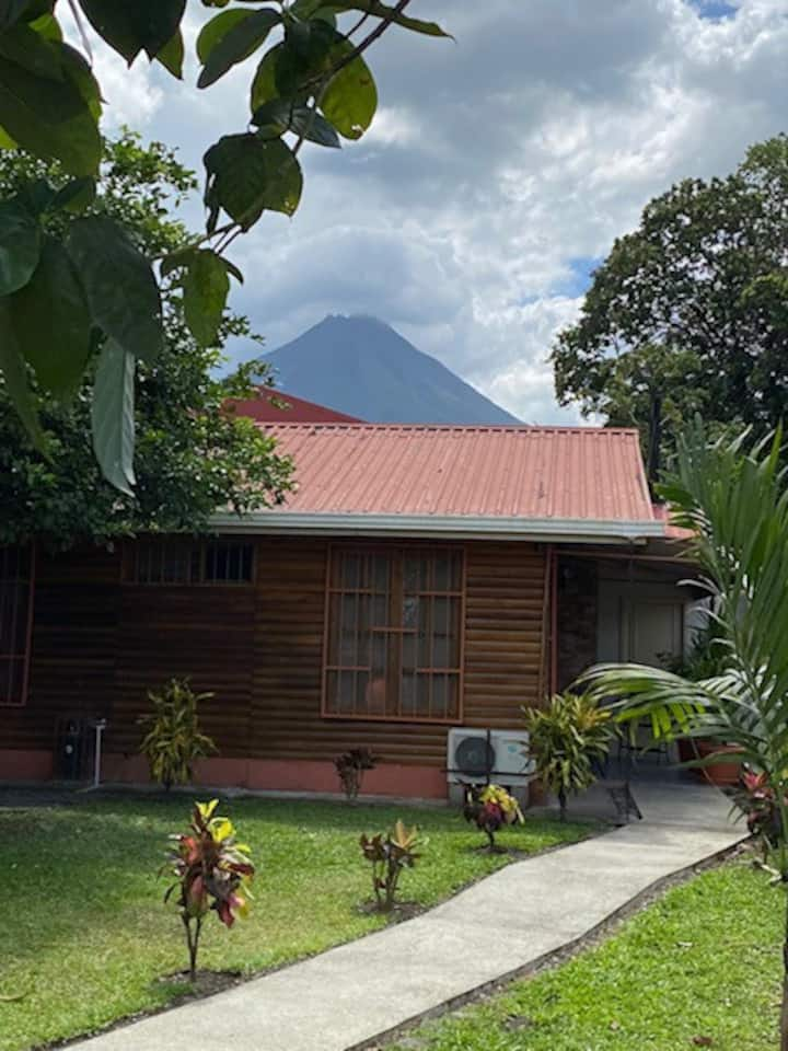 New!! Cozy cabin-style House, La Fortuna Downtown