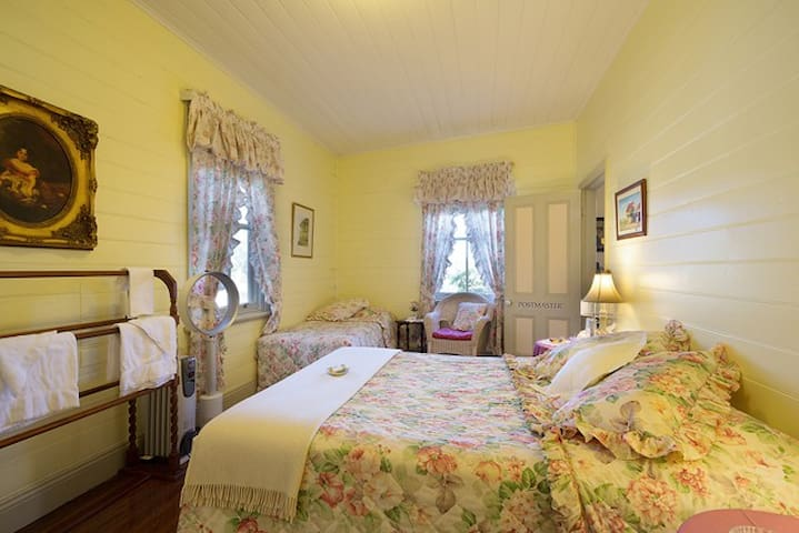 Postmasters Queen Room-Two Story B&B Central Tilba