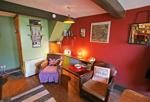 Rustic Urban Cottage (1-2 guests & dog friendly)