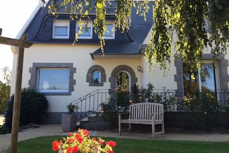 CHAMBRES D'HOTES - Mespaul - Bed & Breakfast
