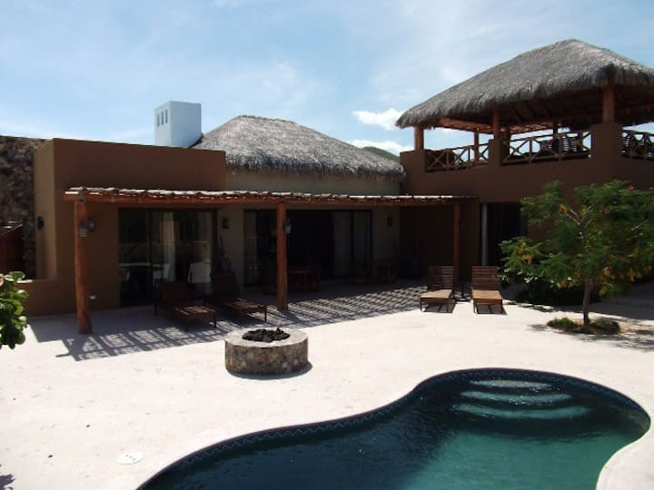 Desert Villa with private pool close to town