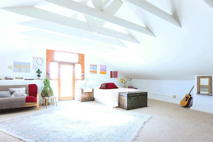 Bright and Comfortable Downtown Loft Studio